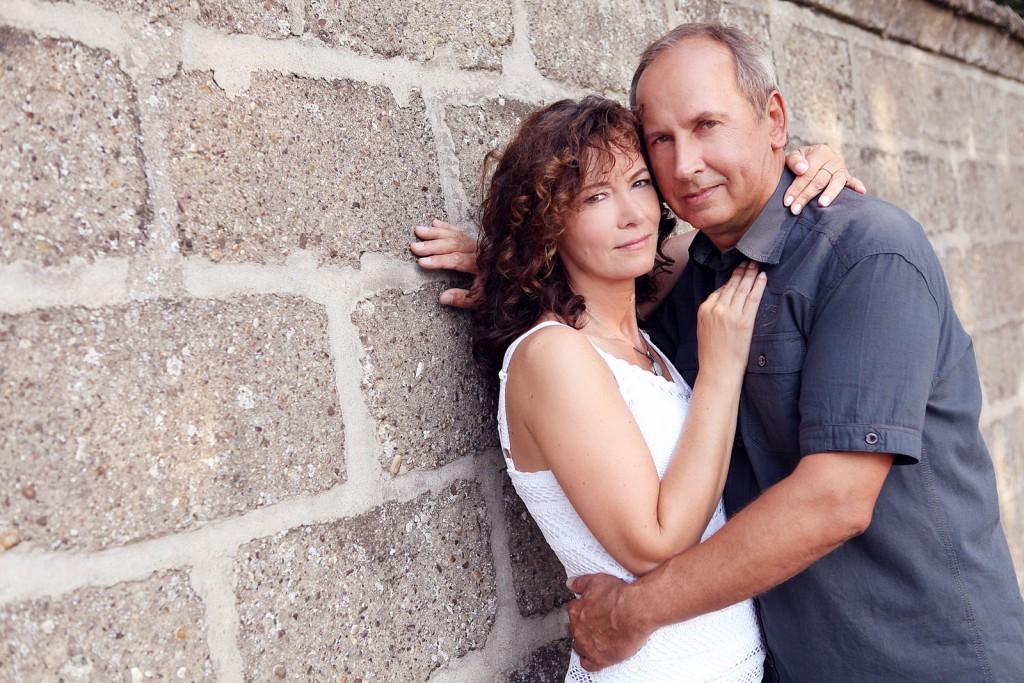 Portraitfoto draußen mit einem Eherpaar